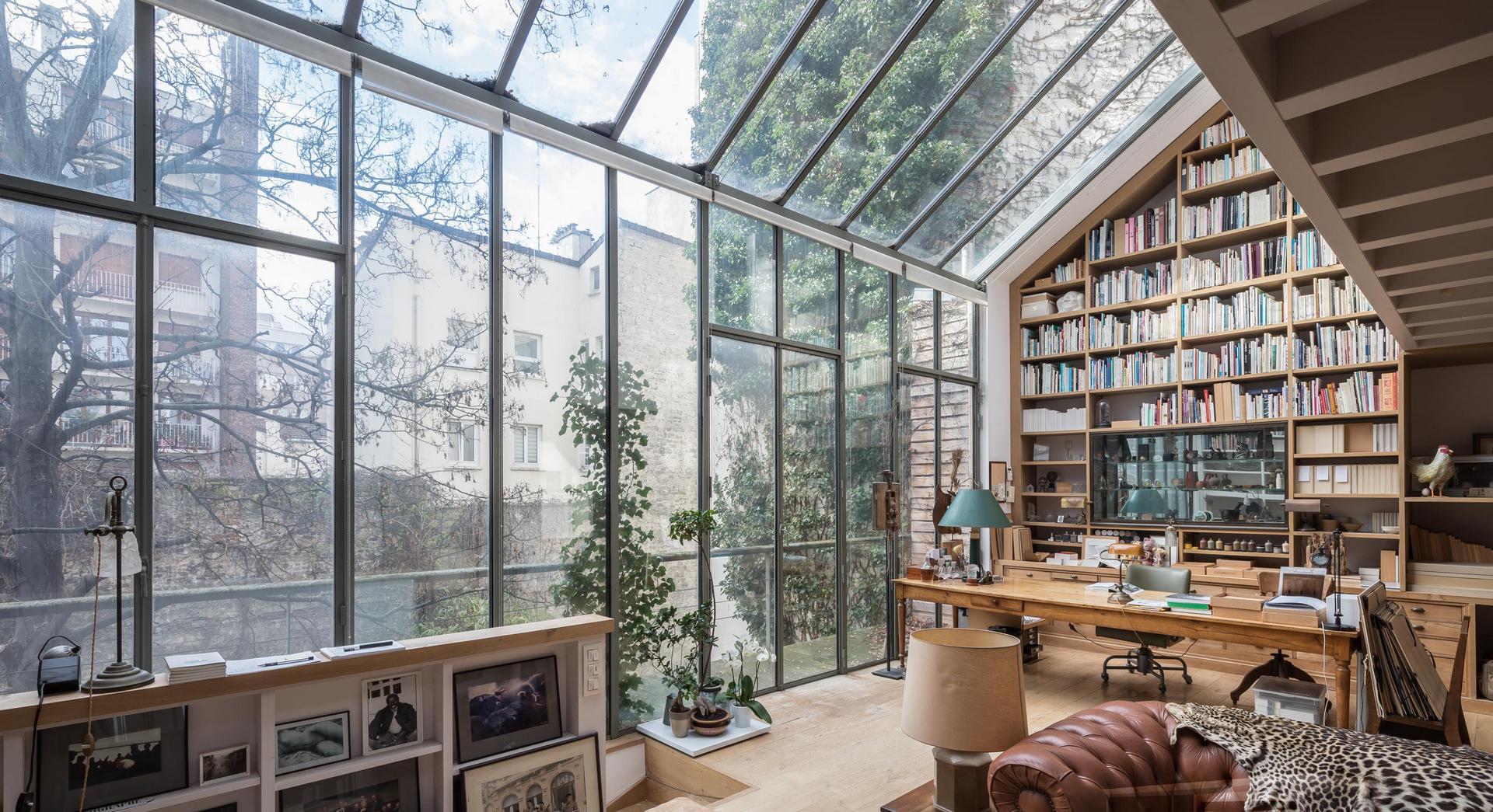 Bibliothèque et bureau dans une superbe véranda