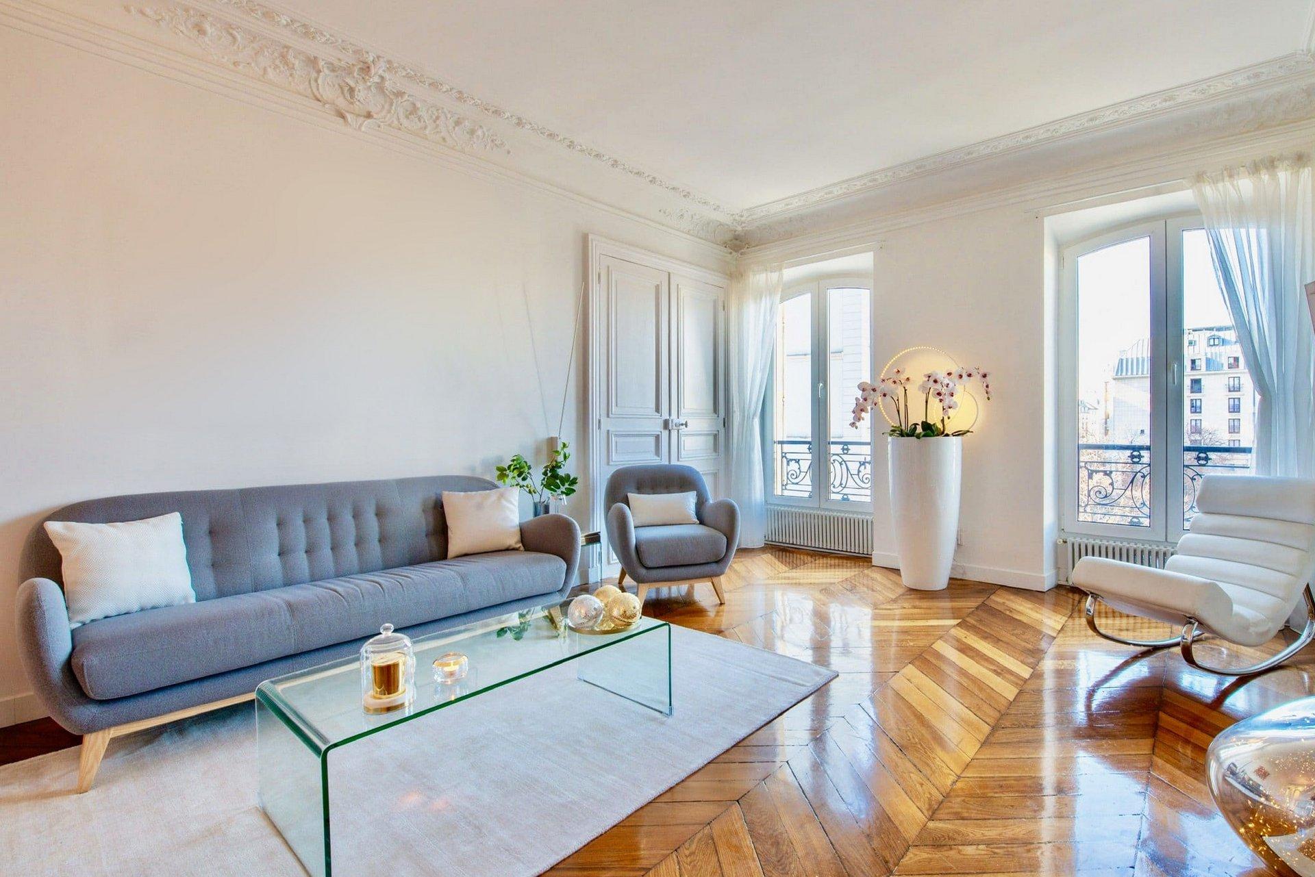 Salon Luxueux Appartement Parisien avec parquet en pointe de Hongrie